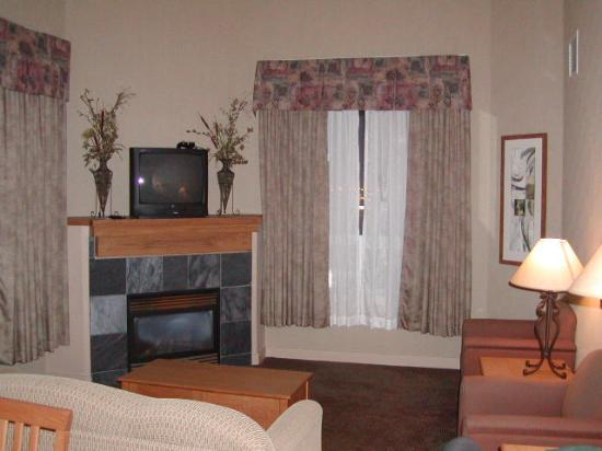 Days Inn & Suites West Edmonton: Living Room with Fireplace
