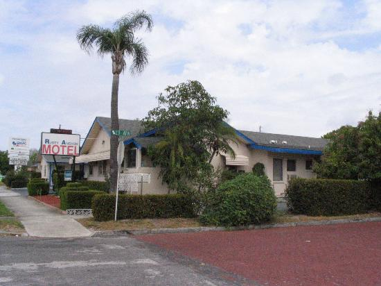 Rusty Anchor Motel: Pic taken from parking lot of The Melting Pot fondue restaurant