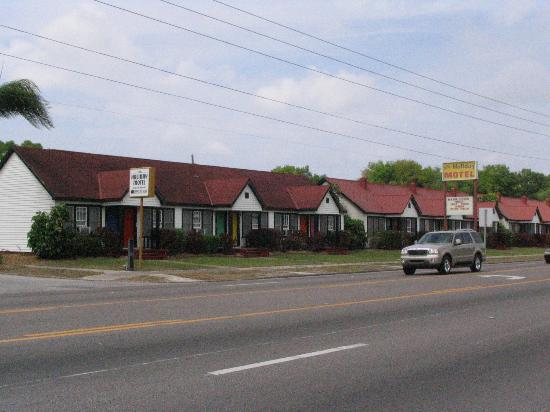 Holiday Motel : Rooms face onto 4th Street N