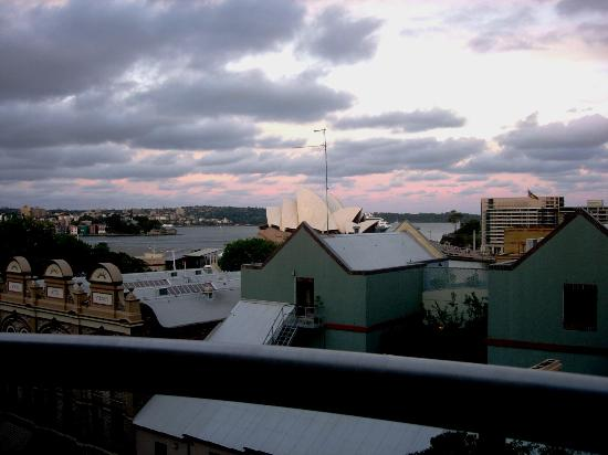 Rendezvous Hotel Sydney The Rocks: Sunset View from the room