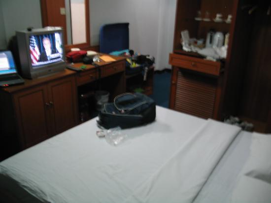 New Empire Hotel: bedroom