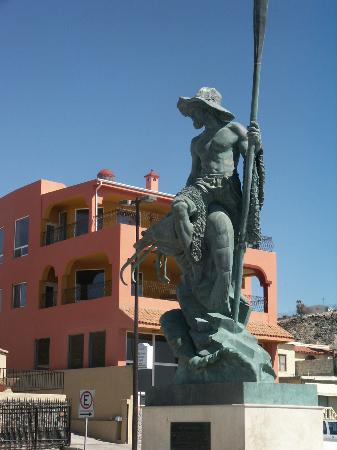 Vina Del Mar Hotel: statue of shrimp fisherman visible from our room