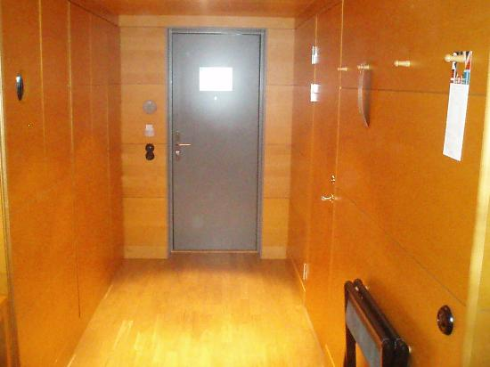 Hotel Rival: Deluxe room entrance hallway.