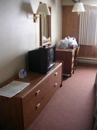 Goldminer's Daughter Lodge: Old room furniture