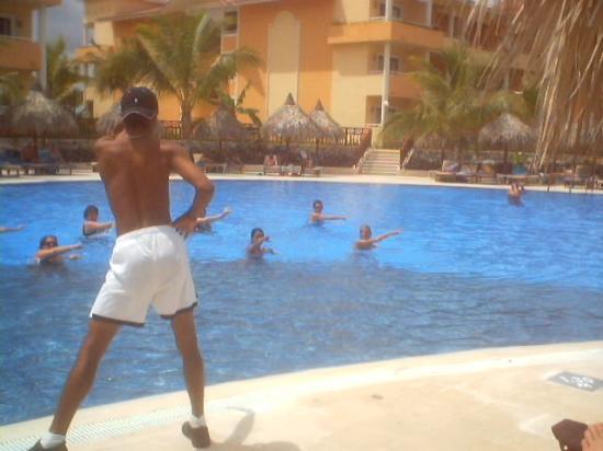 Grand Bahia Principe Bavaro: Aerobics en la piscina de Club Premier