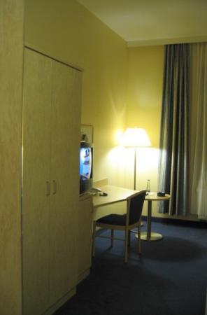 Fairway Hotel: Room seen in mirror