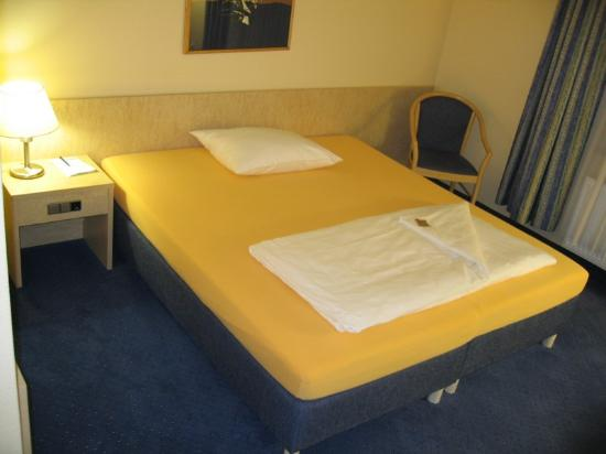 Fairway Hotel: Bed - made up for 1 person