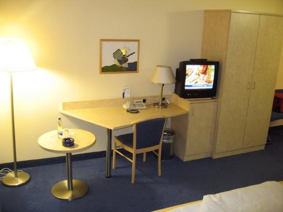Fairway Hotel: Desk and TV - free water on table