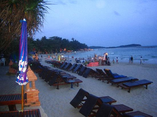 Chaweng Buri Resort : beach at twilight