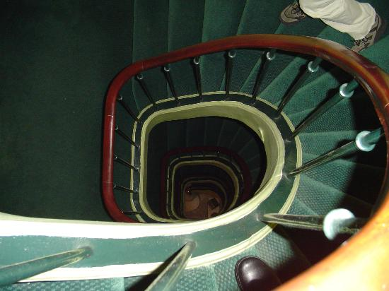 Hotel Prince Albert Louvre: Staircase going down
