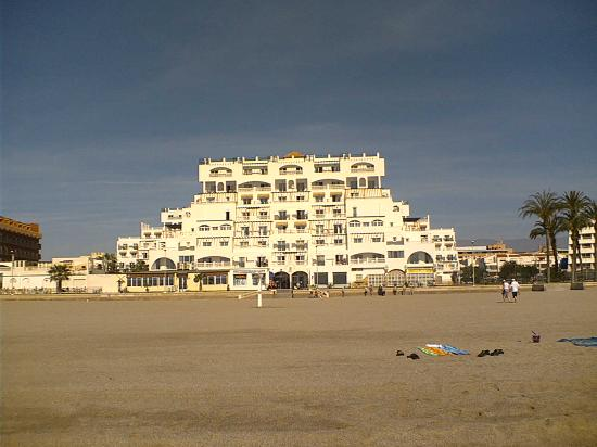 Hotel Bahia Serena: View of hotel from the beach