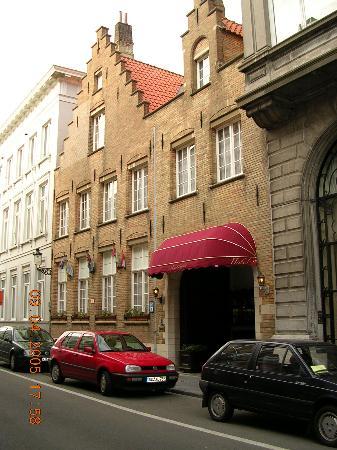 أنزيلموس هوتل: Front of hotel