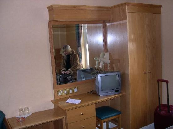 Nayland Hotel: Schrank m. Schreibtisch