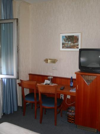 Hotel Wegener: work desk, TV and minibar