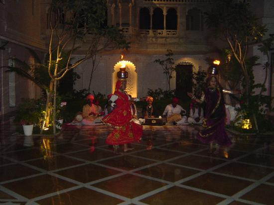 Taj Lake Palace Udaipur: Indian dance show in a hotel courtyard