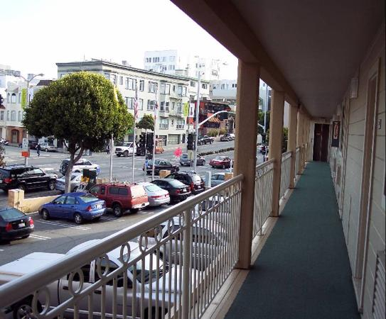 Francisco Bay Inn: This is the front of the motel facing Lombard St