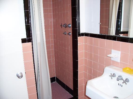 Skyline Inn Atlantic City: motel's bathroom