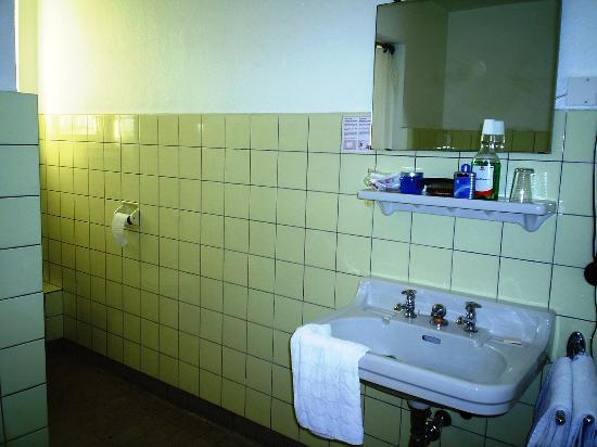 Cologne City Hotel: My private bathroom.