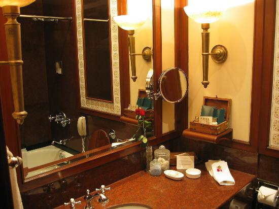 The Oberoi Grand: Bathroom