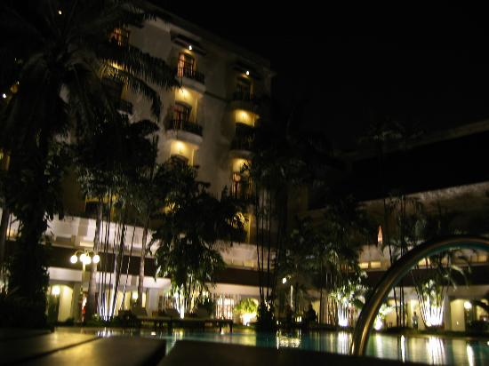 The Oberoi Grand: Pool in evening