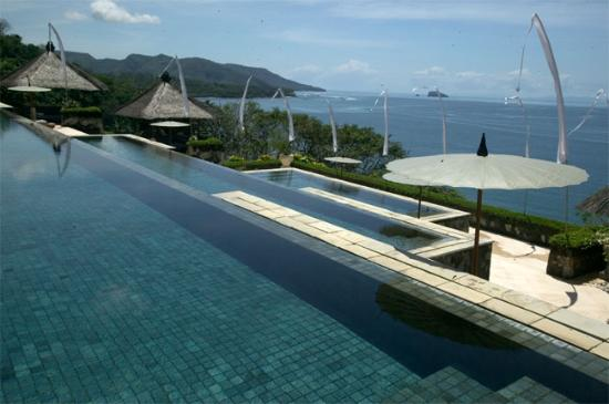 Amankila: View of pools with infinity edge and ocean