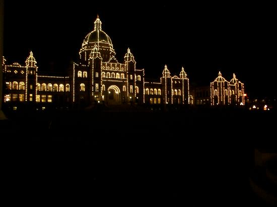 Victoria, Kanada: Parliament building at night