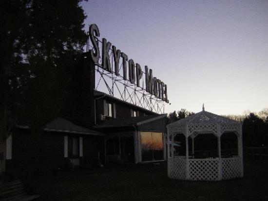 Rodeway Inn: Sunrise over the Sky Top sign