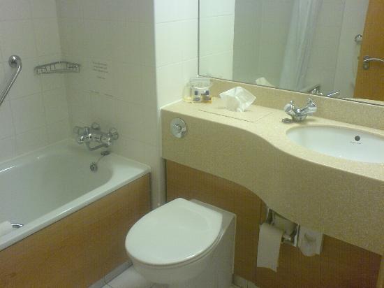 Village Hotel Maidstone: Bathroom