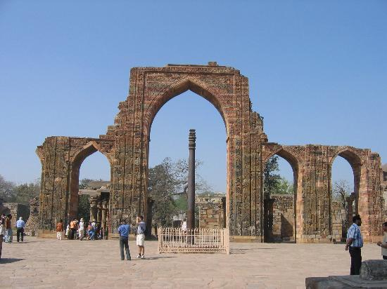 ‪نيودلهي, الهند: Qutb Minar - Iron Pillar‬