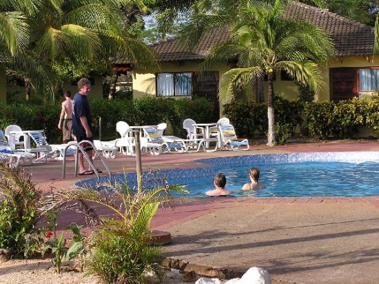 Santa Cruz, Costa Rica: Pool and Rooms
