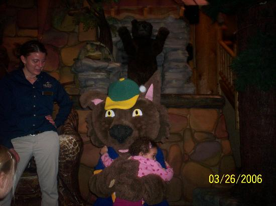 Great Wolf Lodge: hugging the wolf after storytime