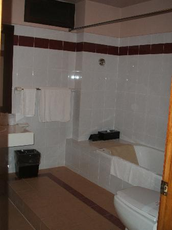 De Syloia Hotel: The spacious bathroom with bathtub