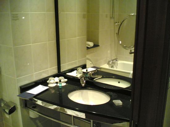 Crowne Plaza Hotel Birmingham NEC: The bathroom (part)