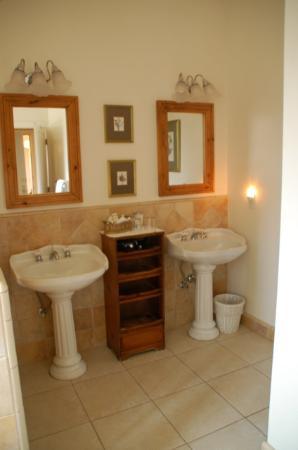 Seal Cove Inn: Cypress suite sinks
