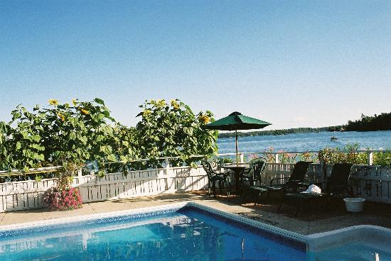 Gananoque, Canadá: Nice pool - and view