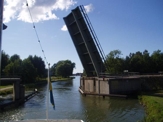 Uppsala County, Sverige: A bridge has to be lifted so the boat can pass underneath
