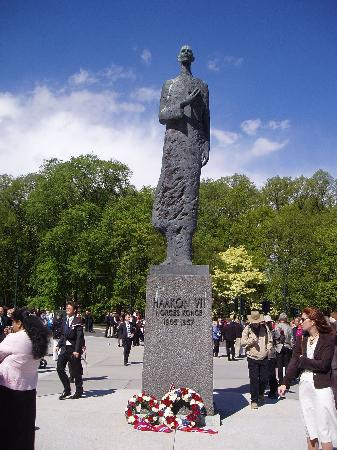 Oslo, Noorwegen: Statue of the former King Haakon the 7th of Norway