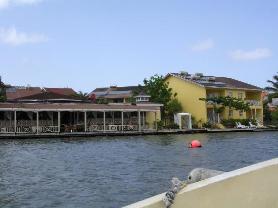 هارموني سويتس: Hotel and Restaurant from the bay