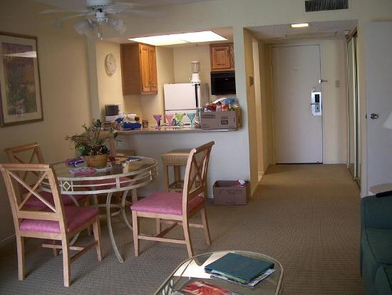 Plaza Resort and Spa: Dining area to kitchen