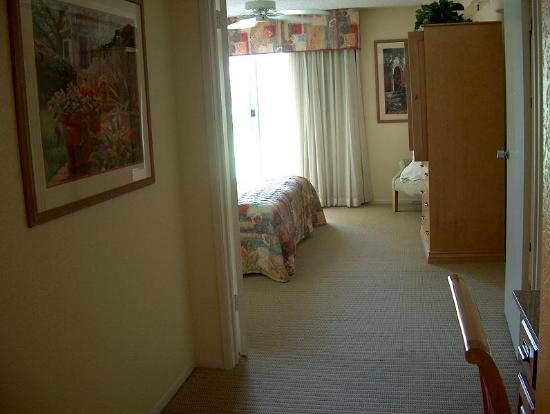 Plaza Resort and Spa: Vanity area to bedroom