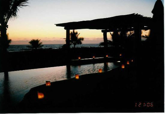 Las Palmas Beachfront Villas: Luninaries were lit by the pool each night