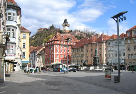 Hotel Drei Raben : Main square in Graz