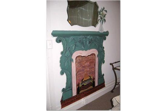 Honor Mansion, A Wine Country Resort: Fireplace in our Room -- Great Sense of Humor!