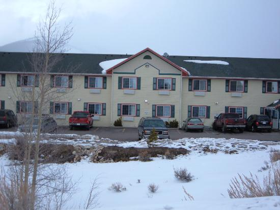 Columbine Inn & Suites: Outside of hotel