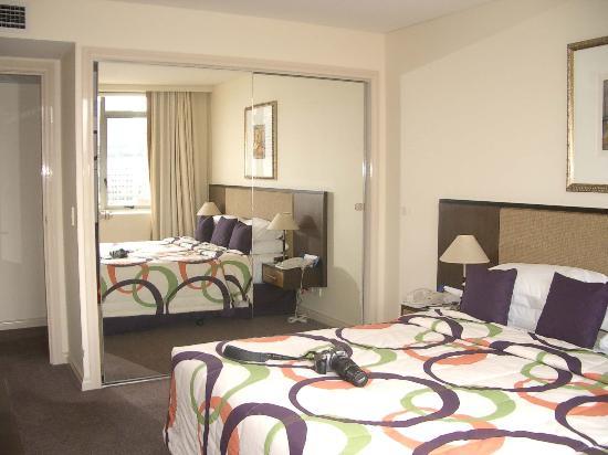 Quay West Suites Melbourne: bed view 1