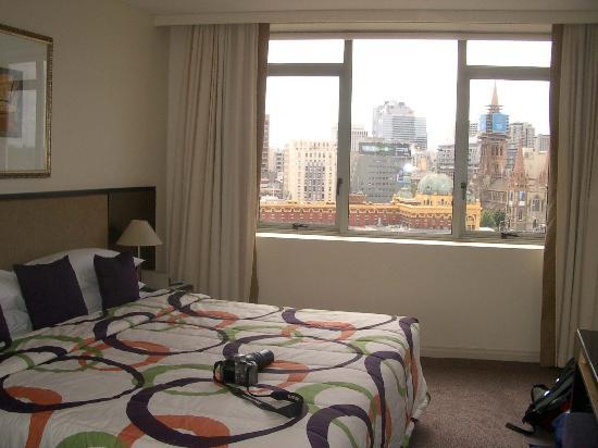 Quay West Suites Melbourne: bed view 2