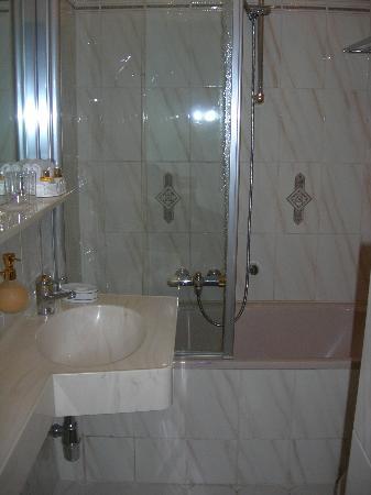 Schlosshotel Roemischer Kaiser: the bath