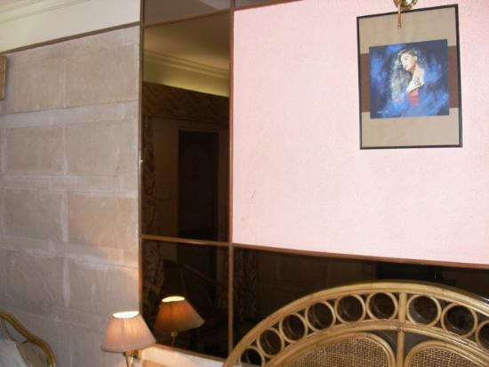 Juhu Hotel: Executive Room; slate walls; OK appearance