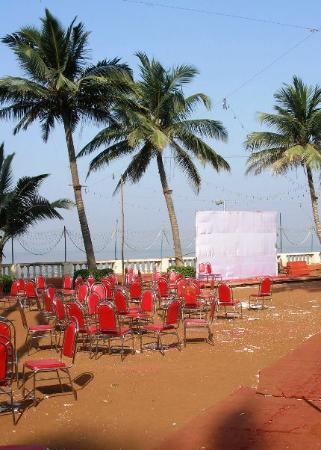 Juhu Hotel: Note faded red carpet, lack of greenery