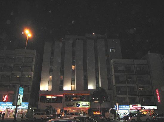 Palm Beach Hotel: Hotel bei Nacht mit Wüstensand